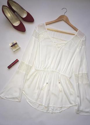 Нежная белая блуза с кружевом и шнуровкой