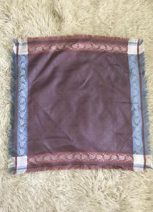 Элегантный переливающийся платок