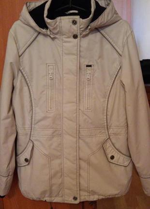 Стильная , качественная куртка молочного цвета.