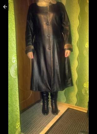 Шкіряне пальто з коміром іі манжетами з хутра