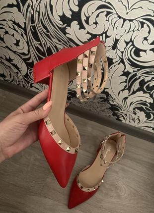 Красные балетки, туфли на низком каблуке с шипами