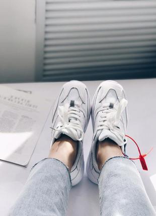 Белые женские кроссовки известного бренда!