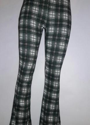 Трикотажные штаны-клеш в бело-зеленую клетку