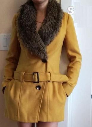Пальто с меховым воротом