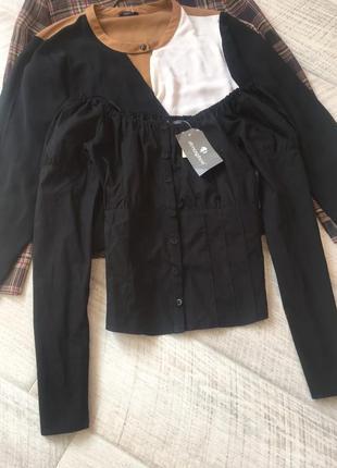 Черная рубашка с открытыми плечами под корсет