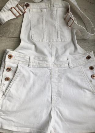 Стильный белый джинсовый комбинезон