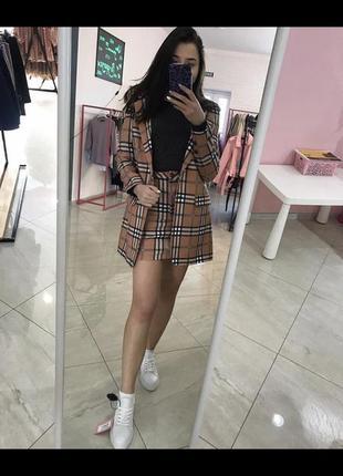 Стильный костюм в клетку юбка и пиджак