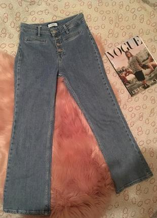 Плотные светлые джинсы с высокой талией.