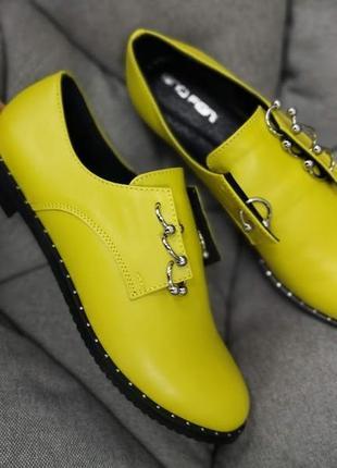 Кожаные женские туфли с пирсингом