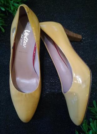 Яркие желтые лаковые туфли лодочки натуральная кожа невысокий каблук
