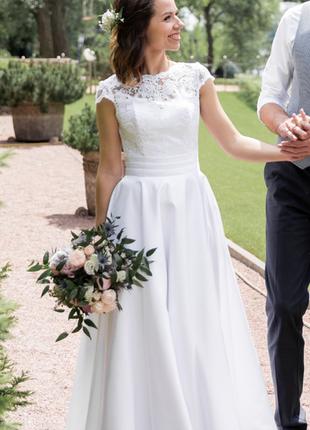 Длинное белое свадебное платье с короткими рукавами