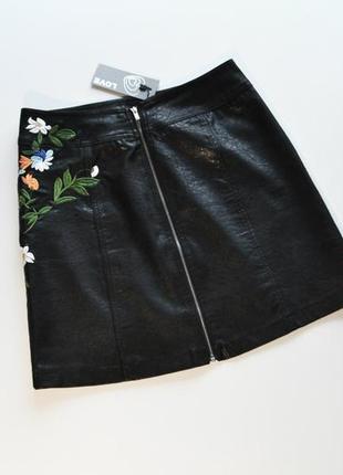 Трендовая черная кожаная юбка с вышивкой цветы