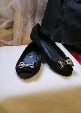 Замшевые черные балетки с открытым носом