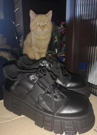 Стильные шикарные ботинки на платформе