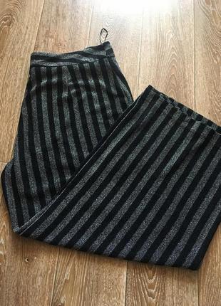 Брюки с серебристо-черную полоску, с люрексом на подкладке