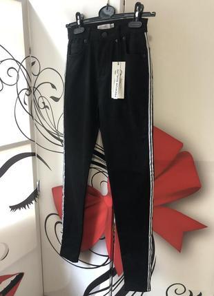 Черные стрейчевые джинсы с лампасами