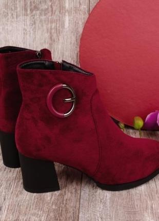 Стильные замшевые бордовые осенние ботинки полусапожки ботильоны на маленьком каблуке