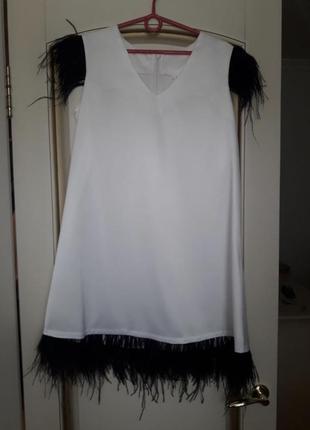 Атласное белое шелковое платье с перьями