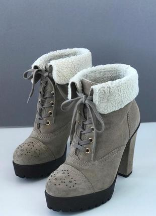 Стильные бежевые коричневые замшевые ботинки полуботинки