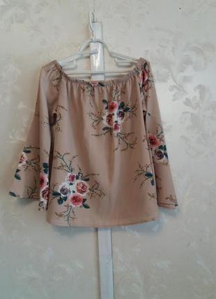 Блуза в цветочный принт со спущенными плечами и воланами на рукавах
