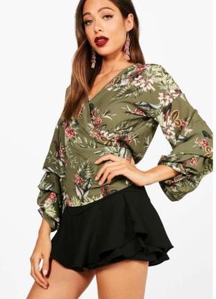 Блуза в цветочный принт с очень оригинальным рукавом boohoo✨