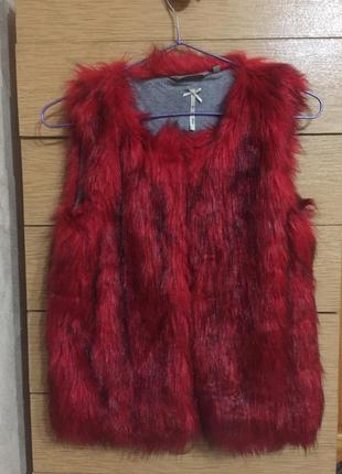 Очень красивая меховая красная жилетка для девочки 13 лет