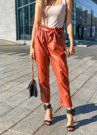 Кожаные брюки кирпичного цвета