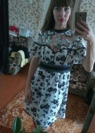 Платье в цветы с вышивкой на сетке