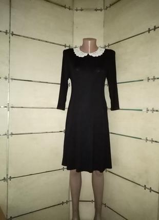 Милое платьице с кружевные воротником.