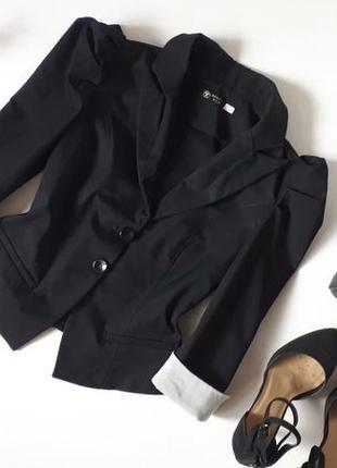 Черный пиджак рукав фонарик мелкая полоска на манжетах жакет