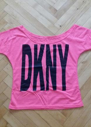Розовая футболка на одно плече