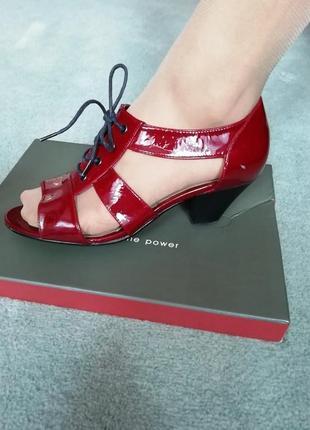 Нарядные туфли с закрытой пяткой