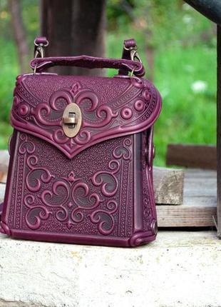 Сумочка-рюкзак кожаная женская темно-фиолетовая с орнаментом