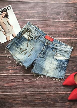 Рваные джинсовые шорты со стразами цепочками тренд сезона