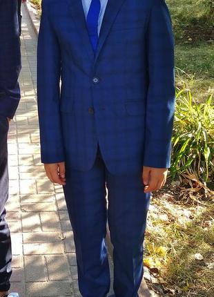 Шикарный   фирменный костюм