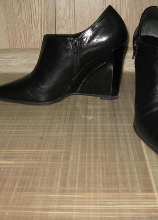 Фирменные туфли, ботильоны на танкетке с прорезью casadei 39 р-р, дешево