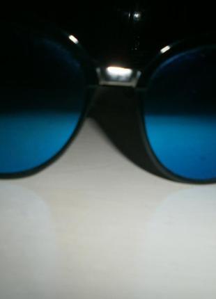 Солнцезащитные очки с синими линзами.