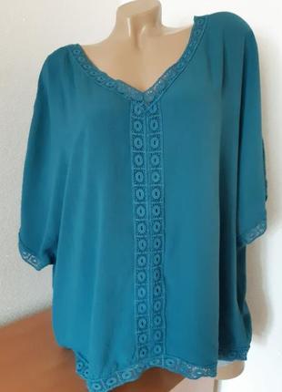 Блуза оверсайз  бирюзовтго цвета с кружевными вставками из вискозы жатка