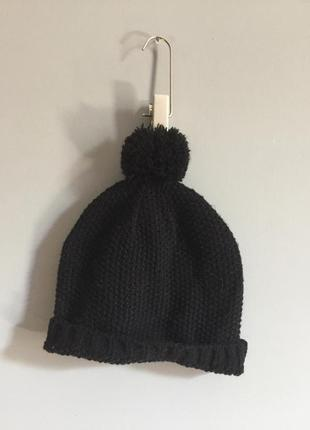 Чёрная вязаная шапка с помпоном