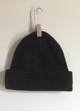 Мягкая и тёплая шапка чёрная , велюровая . бини