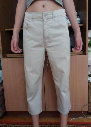 Пик популярности в этом сезоне- укороченные джинсы с завышенной талией
