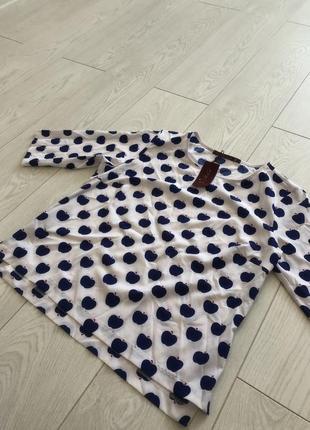 Белая блуза в синих яблоках