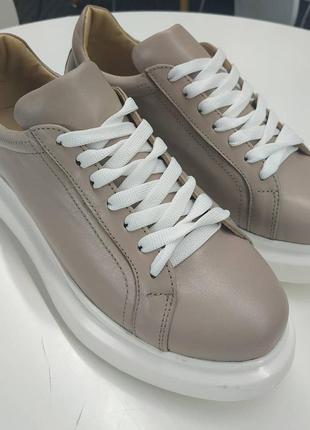 Бежевые кроссовки на высокой белой подошве
