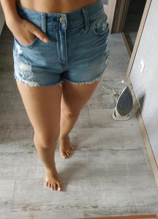 Актуальные джинсовые рваные шорты высокая посадка рваности