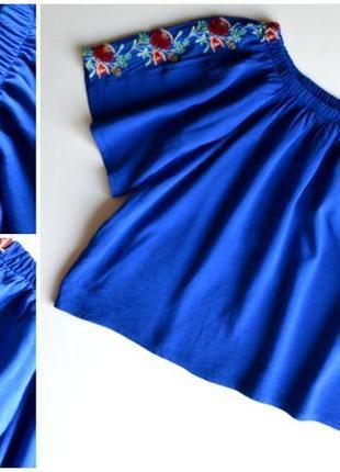 Новая синяя блуза со спущенными плечами в вышивку цветы,вискоза