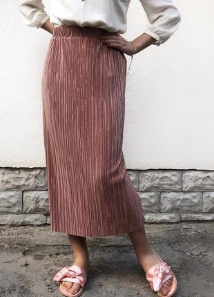 Розовая плиссированная юбка миди плиссе
