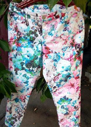 Суперовые джинсы в цветочный принт с молниями внизу штанин