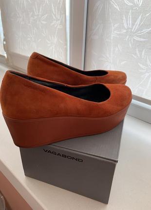 Стильные оранжевые туфли на невысокой танкетке