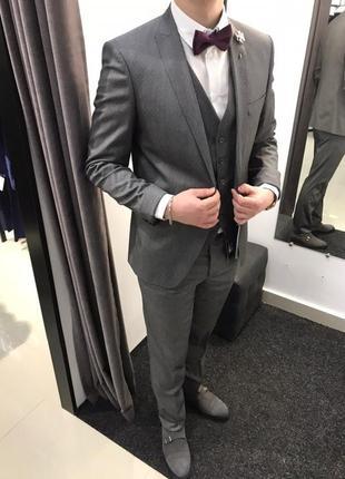 Сірий костюм трійка