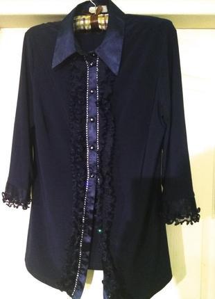 Синяя  блузка с жабо и стразами mona